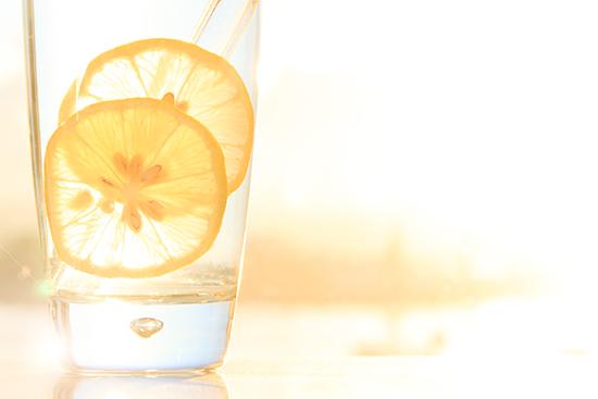 Topla voda sa limunom ujutro za mrsavljenje