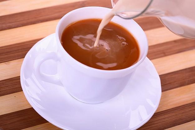 Pomešajte čaj i mleko i skinite DVA kilograma